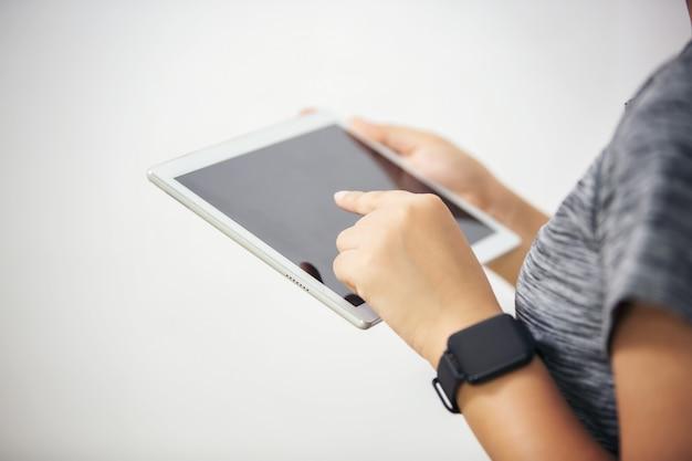 Sluit omhoog beeld van een herkenbare onderneemster die grafieken op een digitale tablet analyseren