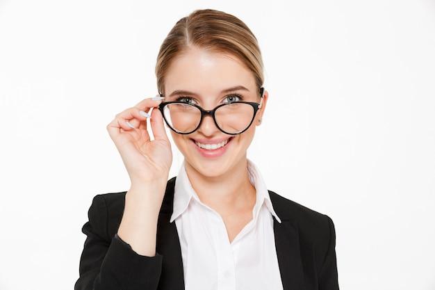 Sluit omhoog beeld van glimlachende blonde bedrijfsvrouw in oogglazen