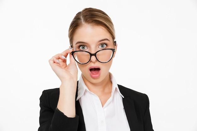 Sluit omhoog beeld van verraste blonde bedrijfsvrouw in oogglazen met open mond over wit