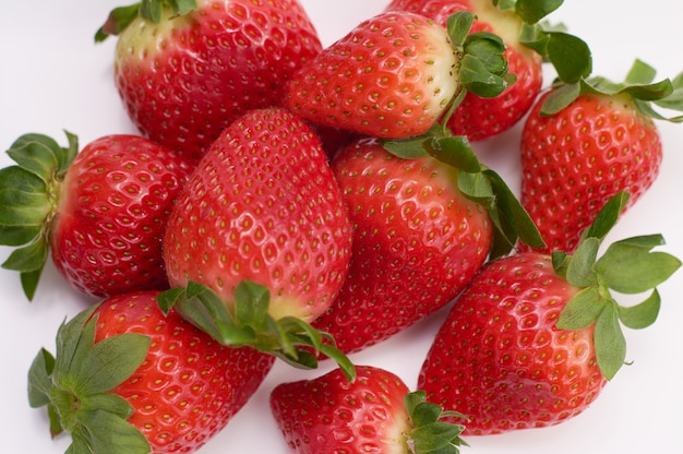 Sluit omhoog beeld van verse aardbeien met witte achtergrond