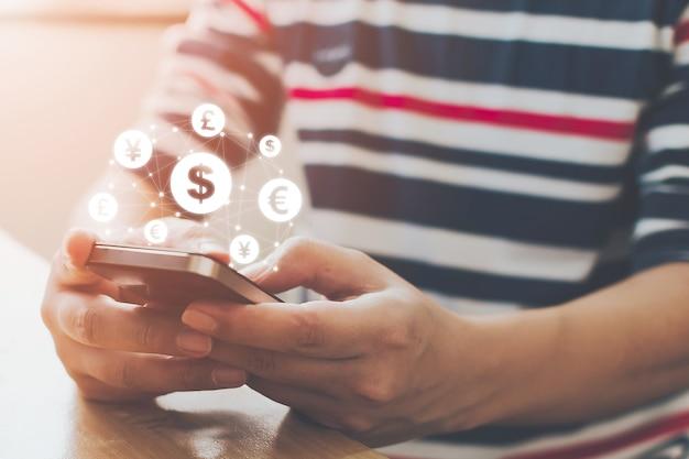 Sluit omhoog beeldhand gebruikend mobiele telefoon met online transactietoepassing