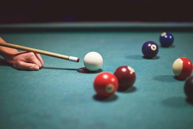 Sluit omhoog bij de hand om poolspel te spelen