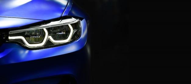 Sluit omhoog blauwe moderne autokoplampen met geleide technologie