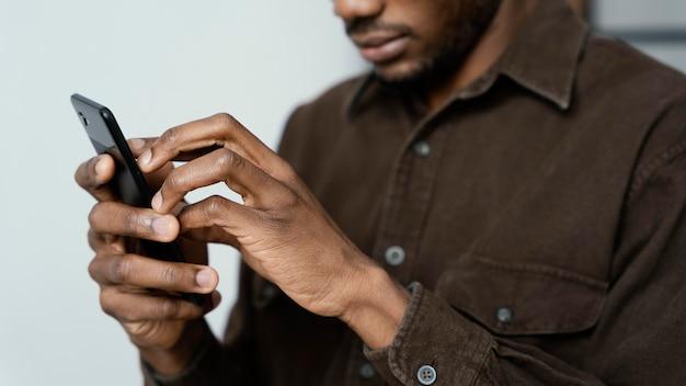Sluit omhoog blinde met smartphone