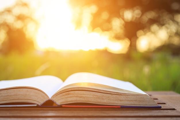 Sluit omhoog boek op lijst in zonsondergangtijd