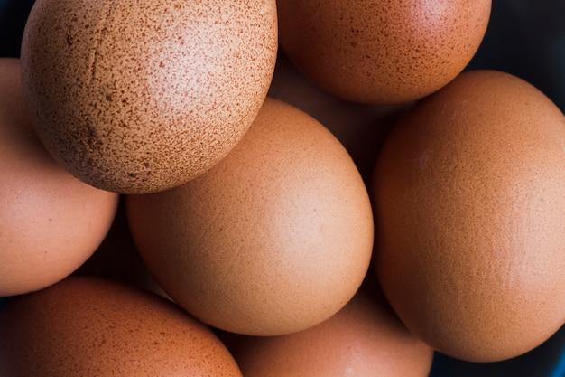 Sluit omhoog bruine eieren