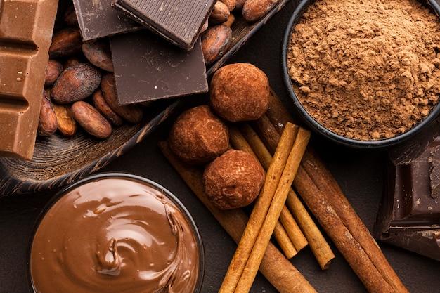 Sluit omhoog cacaopoeder met truffels