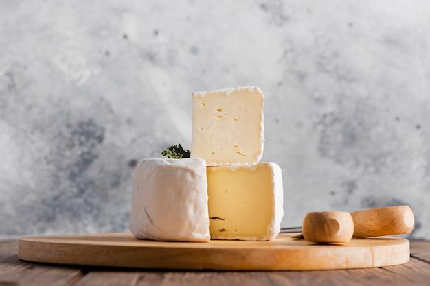 Sluit omhoog camembertplak bovenop broodje