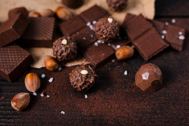 Sluit omhoog chocoladerepen en lepel met cacaopoeder