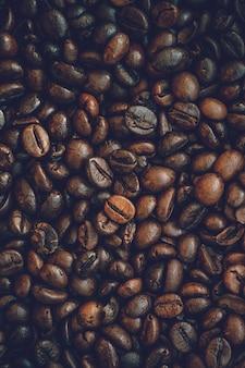 Sluit omhoog de achtergrond van koffiebonen