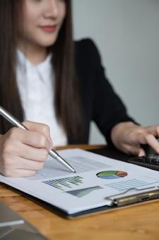 Sluit omhoog de bedrijfsvrouw en de partner bespreken over begrotingsplan, belasting, boekhouding, statistieken