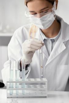 Sluit omhoog de buis van de wetenschapperholding