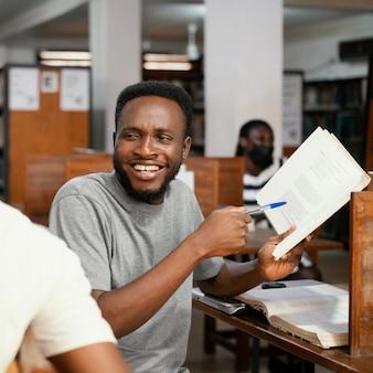 Sluit omhoog de holdingsboek van de smileystudent