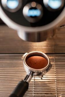 Sluit omhoog de koffie van de lepelholding