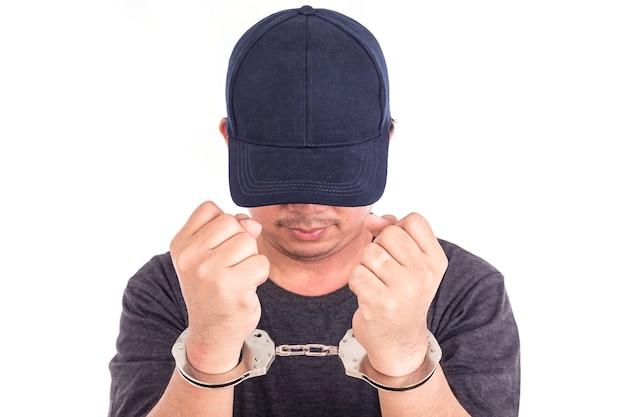 Sluit omhoog de mens met handcuffs op handen op witte achtergrond worden geïsoleerd die