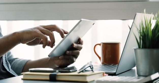 Sluit omhoog de mens thuis gebruikend slimme laptop