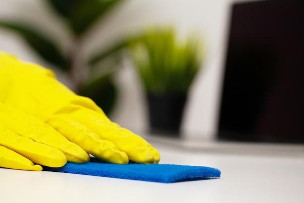 Sluit omhoog de schoonmakende spons van de de handholding van de bedrijfarbeider