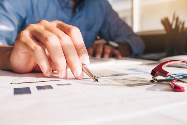 Sluit omhoog de zakenman die calculator en laptop met behulp van voor doet math financiën op houten bureau op bureau en bedrijfs werkende achtergrond