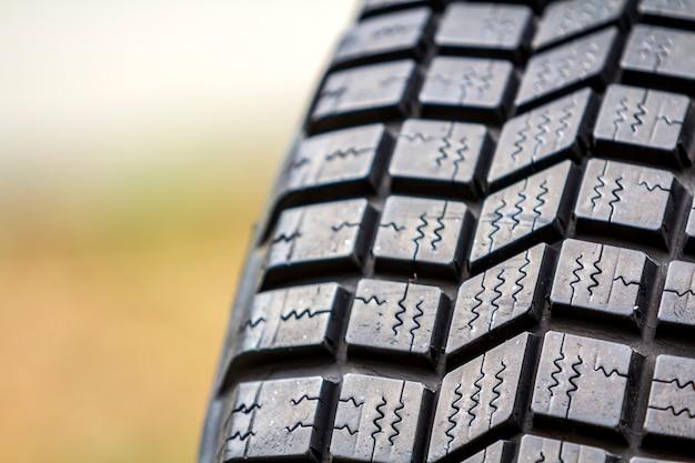 Sluit omhoog detail van de nieuwe zwarte rubberbeschermer van de autoband