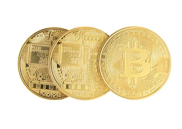 Sluit omhoog drie gouden die bitcoinmuntstuk op witte achtergrond met het knippen van weg wordt geïsoleerd