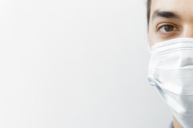 Sluit omhoog een arts die medisch masker draagt