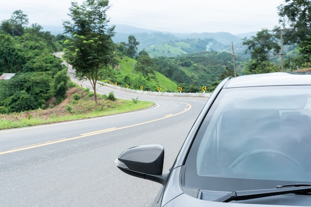 Sluit omhoog een autoparkeren op de asfaltweg.