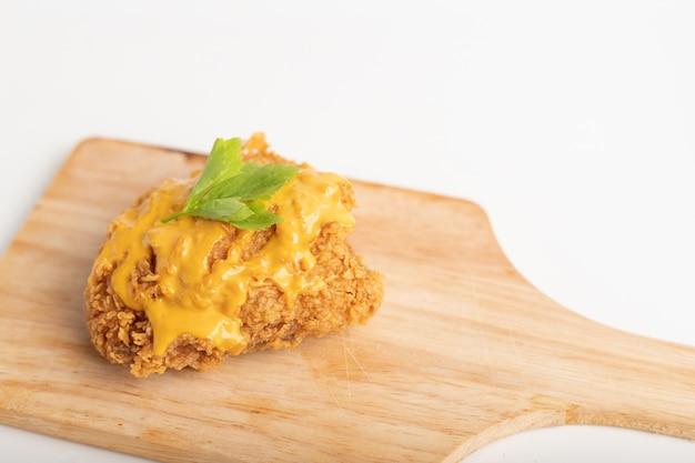 Sluit omhoog een kip gebraden bedekte kaas