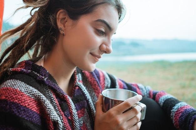 Sluit omhoog een vrouw drinkt een kop van koffie na ontwaken