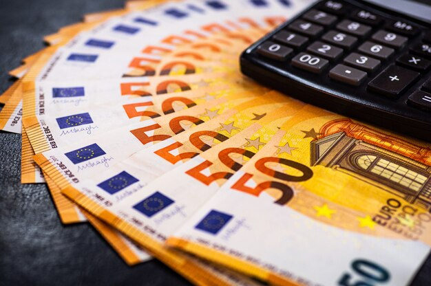 Sluit omhoog euro contant geld met calculator