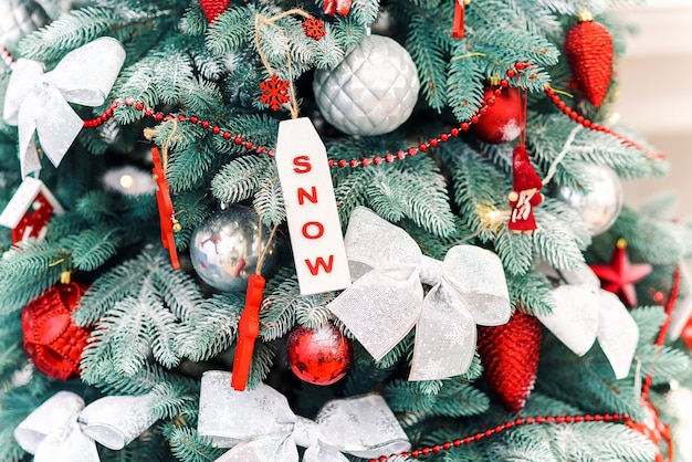 Sluit omhoog feestelijke verfraaide kerstmisboom met kleurrijk helder speelgoed.