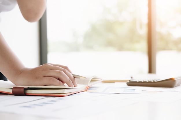 Sluit omhoog financiële inspecteurhanden die rapport maken, saldo berekenen of controleren.