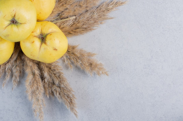 Sluit omhoog foto van appelkweepeer op grijze achtergrond.