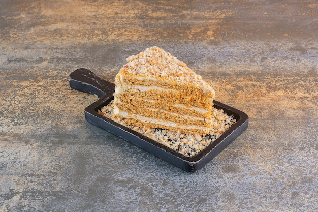 Sluit omhoog foto van cakeplak op houten raad op rustiek