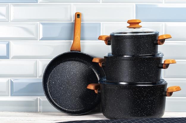 Sluit omhoog foto van cookware op keukenteller die wordt geplaatst