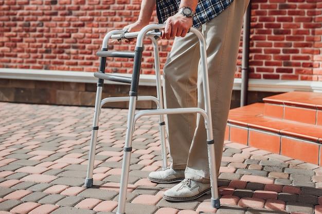 Sluit omhoog foto van de geriatrische mens met rolstoel