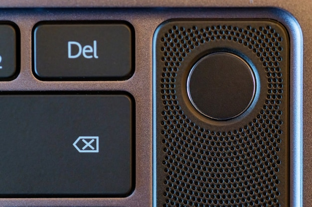 Sluit omhoog foto van de knoop van de de vingerafdruksensor van de laptop