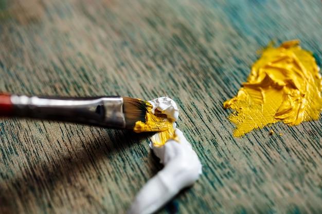 Sluit omhoog foto van het mengen van olieverf op palet