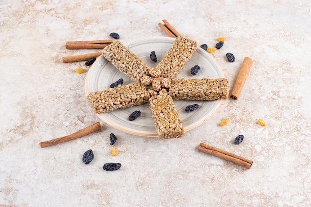 Sluit omhoog foto van koekje met zonnebloempitten en pijpjes kaneel