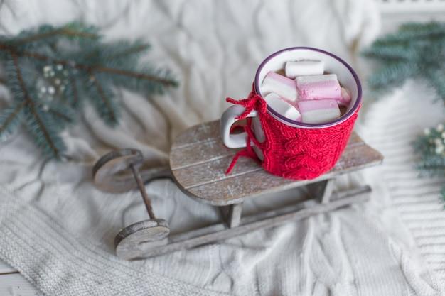Sluit omhoog foto van koffiecappucino op houten achtergrond met kerstmisdecoratie