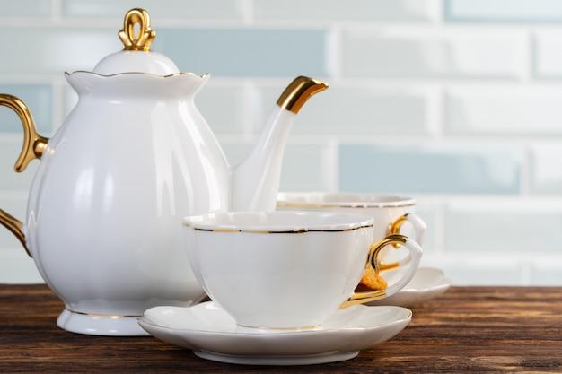 Sluit omhoog foto van porselein servies voor thee