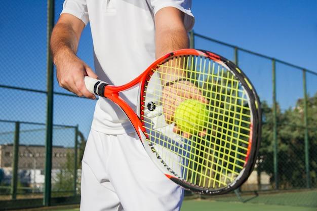 Sluit omhoog foto van professionele tennisspeler met een racket en een tennisbal.