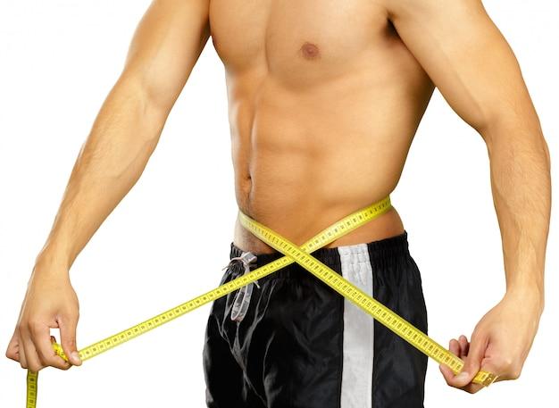 Sluit omhoog foto van sportman die die taille met band meten op wit wordt geïsoleerd