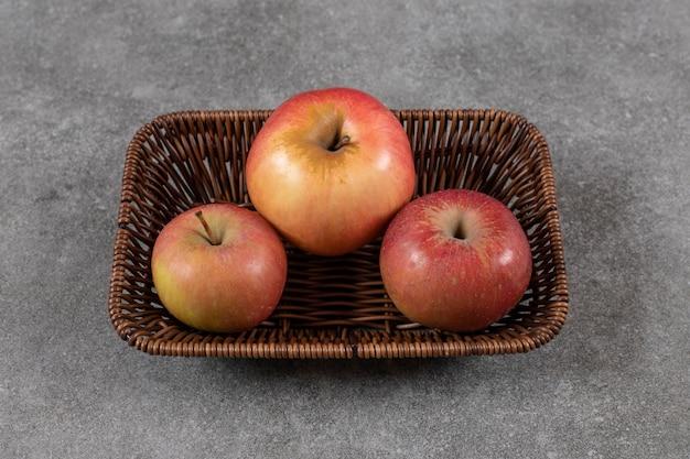 Sluit omhoog foto van stapel van appel in mand.