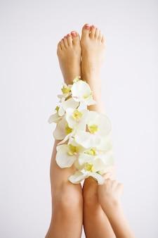 Sluit omhoog foto van vrouwelijke voeten bij kuuroordsalon op pedicureprocedure