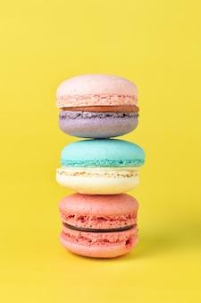 Sluit omhoog franse macaron op gele achtergrond.