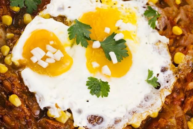 Sluit omhoog gebraden eieren op mexicaans voedsel