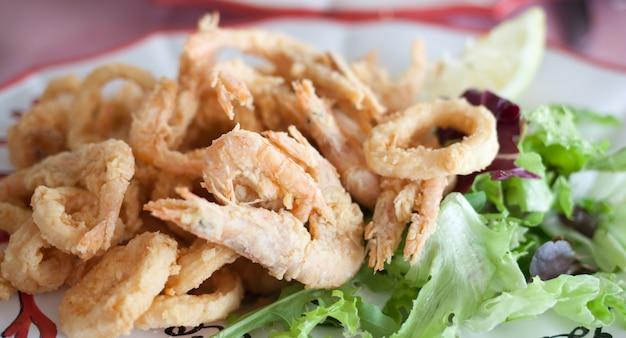 Sluit omhoog gebraden garnaleninktvis calamari
