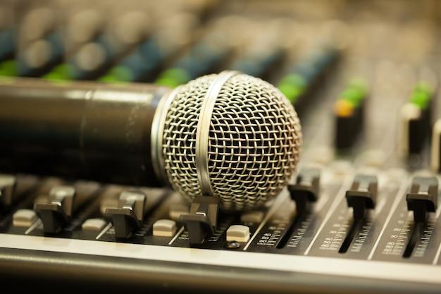Sluit omhoog geïsoleerde microfoon