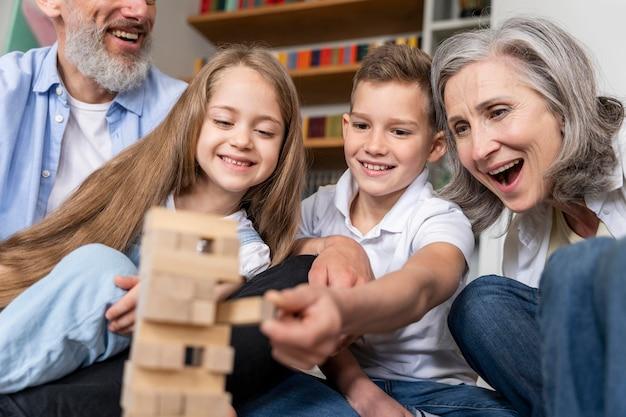 Sluit omhoog gelukkige familie thuis