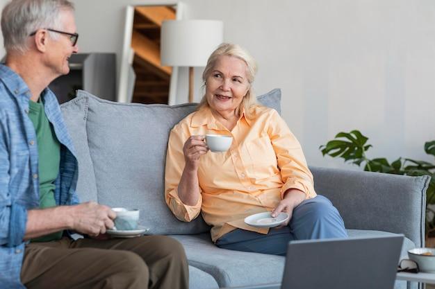 Sluit omhoog gepensioneerd paar samen